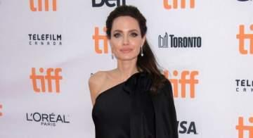 أنجلينا جولي شديدة الأناقة بفستانها الأسود البسيط