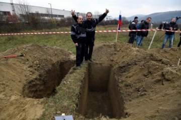 نبش قبر زوجته وأعاد جثتها إلى المنزل ..والسبب؟