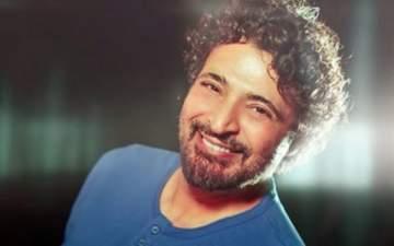 حميد الشاعري يفاجئ جمهوره بشكله الجديد.. بالصور