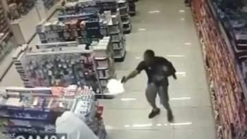 ضابط شرطة بطل يطلق النار على لصوص وهو يحمل طفله -بالفيديو
