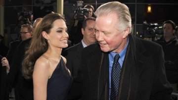 والد أنجلينا جولي يدعمها من جديد في قضيتها مع براد بيت
