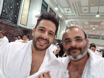 محمد حماقي يؤدي مناسك العمرة..بالصور