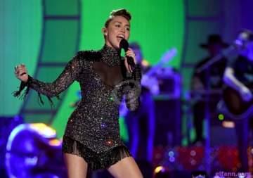 مايلي سايرس باشرت تصوير أغنيتها الجديدة -بالصورة