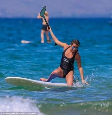 ليا ميشيل تسقط في هاواي ..بالصور