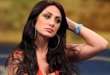 مقدمة برامج ايطالية بموقف محرج بعد إنزلاق فستانها عن صدرها..بالفيديو