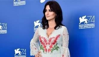 أي فستان سيئ اختارته بينيلوبي كروز لمهرجان البندقية؟