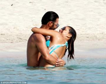 إيفا لونغوريا تمضي أوقاتاً حميمة مع زوجها على الشاطئ..بالصور