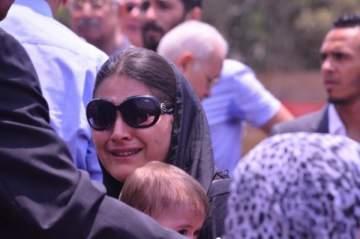 الصور الأولى من جنازة عمرو سمير..والدته منهارة وبشرى تبكي بحرقة