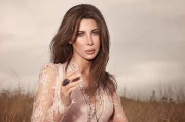 طفلة تفاجئ نانسي عجرم على المسرح.. بالفيديو