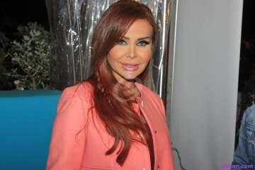 رولا سعد تثير الجدل بتنورة شفافة .. بالصورة