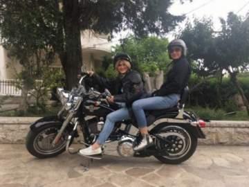 زوجة طوني خليفة تقود دراجة نارية وهو يحذّر...بالصورة