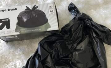 استوحت تصاميم فستانها من أكياس القمامة السوداء