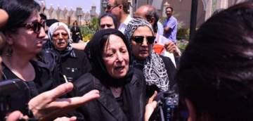 بالفيديو- سميرة عبد العزيز تبكي زوجها محفوظ عبد الرحمن في جنازته
