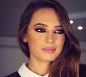 وصيفة ملكة جمال لبنان تسقط أرضاً أمام الناس – بالفيديو