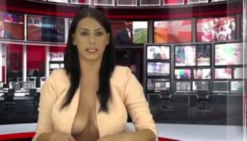مذيعة تقرأ نشرة الأخبار شبه عارية لجذب الجمهور ...بالفيديو