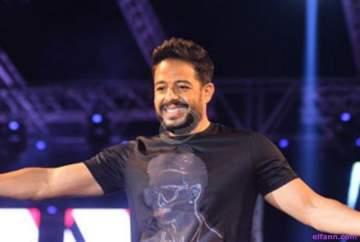 """محمد حماقي يتابع مباراة """"تشيلسي وروما"""" من الملعب..بالفيديو"""