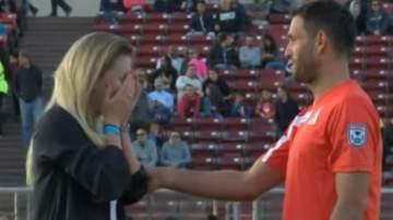 لاعب كرة قدم يفاجئ الجمهور ويطلب يد حبيبته في الملعب..بالفيديو