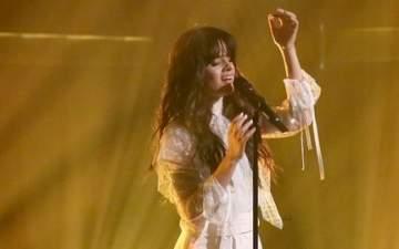 كاميلا كابيلو تغني أول أغنية منفردة لها على المسرح