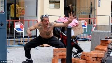 بالفيديو- عجوز بحالة سكر يحاول تقليد جاكي شان.. والنتيجة مضحكة جداً