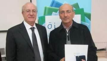 غطاس خوري يسلم رشيد الضعيف جائزة الوزارة عن رواية
