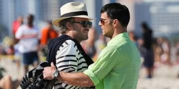 ريكي مارتن والممثل ايدغار راميريز في لقطة حميمة على الشاطئ..ما السبب؟