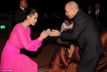 ملك كمبوديا يكرّم أنجلينا جولي .. بالصور