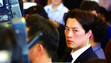 وسامة الحارس الشخصي لرئيس كوريا الجنوبية تثير ضجة على مواقع التواصل