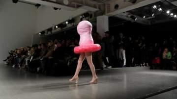 عرض أزياء على شكل واقي ذكري ووجه ترامب في حذاء-بالصور