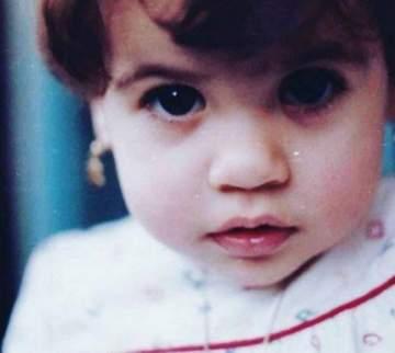 خمنوا من هي هذه الطفلة التي أصبحت اليوم ممثلة عربية شهيرة