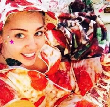 """بالصورة- رداء الـ""""بيتزا"""" هدية مايلي سايروس في الكريسماس"""