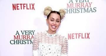 """مايلي سايروس في عرض """"AVery Murray Christmas"""" بلوك غريب"""