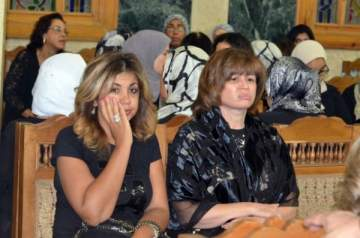 بالصور: في عزاء زوجة عزت العلايلي..النجوم يبكون بحرقة