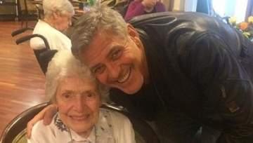 جورج كلوني يُدخل السعادة إلى قلب سيدة مسنّة