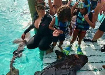 ماريا كاري تسبح وتوأمها مع أسماك القرش..بالفيديو