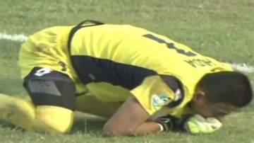وفاة حارس مرمى على أرض الملعب بسبب زميله..بالفيديو