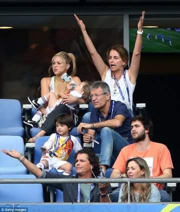بالصور.. الحزن يسيطر على شاكيرا بعد خسارة بيكيه أمام إيطاليا