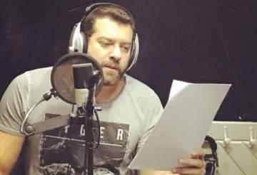 عمرو يوسف في كواليس تسجيل مسلسله الإذاعي.. بالصورة