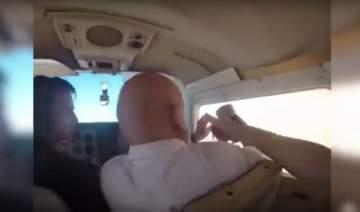 فتح نافذة الطائرة لالتقاط صورة وهذا ما حدث! ..بالفيديو