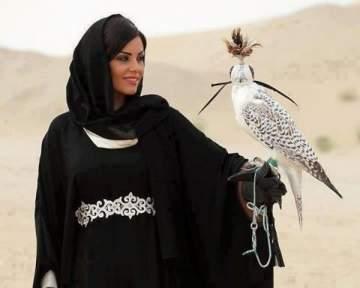 العبايات لباس الخليجيات.. إرتدتها الملكات ونجمات عالميات