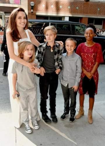 بالصور- أطفال أنجلينا جولي يدعمونها على السجادة الحمراء