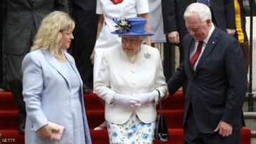 حاكم كندا يخالف البروتوكول ويلمس الملكة إليزابيث ..بالفيديو