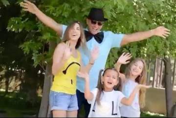بالفيديو- نانسي عجرم ترقص فرحاً مع عائلتها