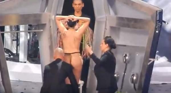 ليدي غاغا تتعرى  بالكامل على المسرح أمام جمهور كبير وتدعو رجالها لإلباسها – بالفيديو