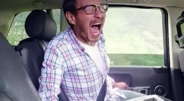 أحمد زاهر ينهار ويقفز من السيارة بجنون.. بالفيديو