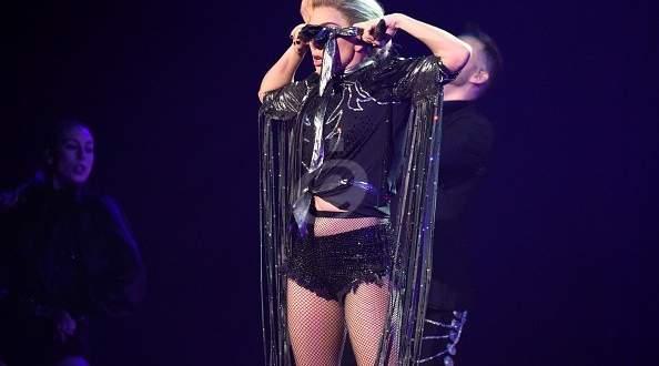 ليدي غاغا تخلع ملابسها بالكامل على المسرح وتغنّي للجمهور وهي عارية – بالفيديو