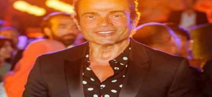 بالصورة- علامات التقدم بالسن تظهر بشدة على عمرو دياب وتفاجئ الجمهور