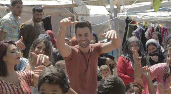 بالفيديو: محمد عطيّة يخترق فيديو كليب أنطوني توما  Walk Away