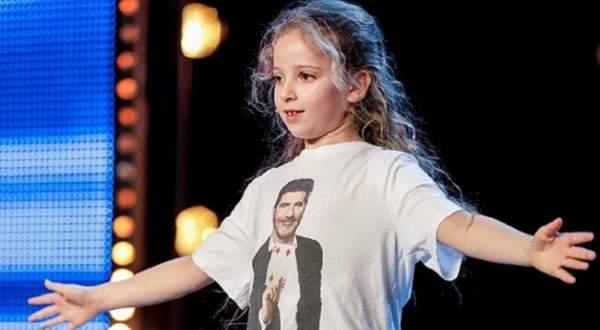 بالفيديو: طفلة تُبهر لجنة التحكيم في ألعاب الخفّة