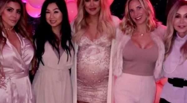 كلوي كارداشيان تحتفل بقرب قدوم مولودتها وبعيد ميلاد صديقاتها -بالفيديو