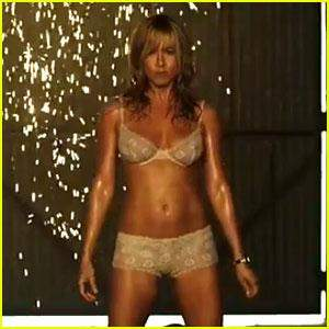 جينيفر أنيستون تستعرض منحنياتها في ملابسها الداخلية من اجل فيلمها